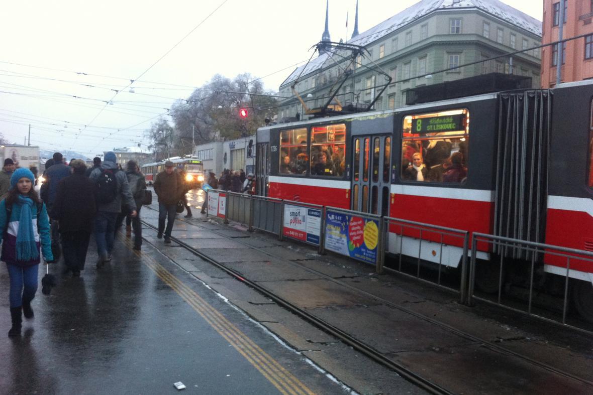 Tramvaje zvládaly obsluhovat dopravu na hlavním nádraží bez problémů