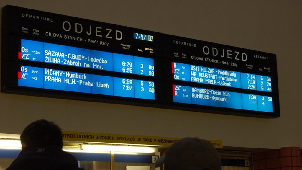 Stovky cestujících vyčkávají na kolínském náměstí