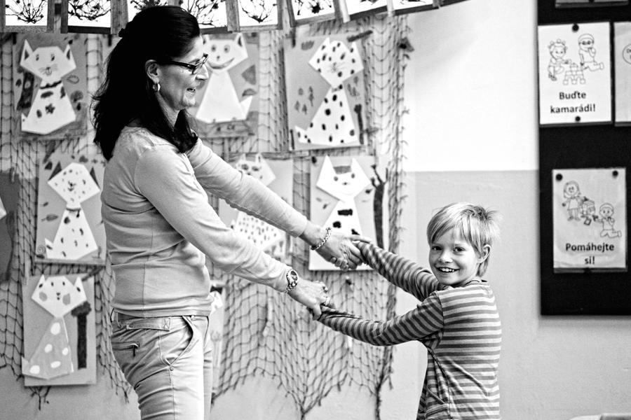 Dítě s lehkým mozkovým onemocněním tančí s učitelkou v ZŠ Jáchymov