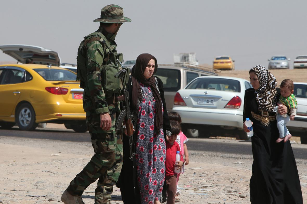 Kurdský voják na stanovišti u Mosulu