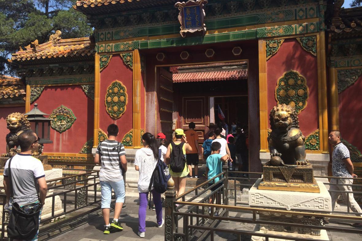 Návštěvníci přicházejí s prosbami do chrámu