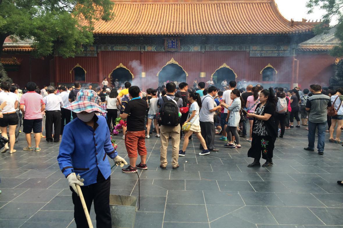 Pálení vonných tyčinek před chrámem