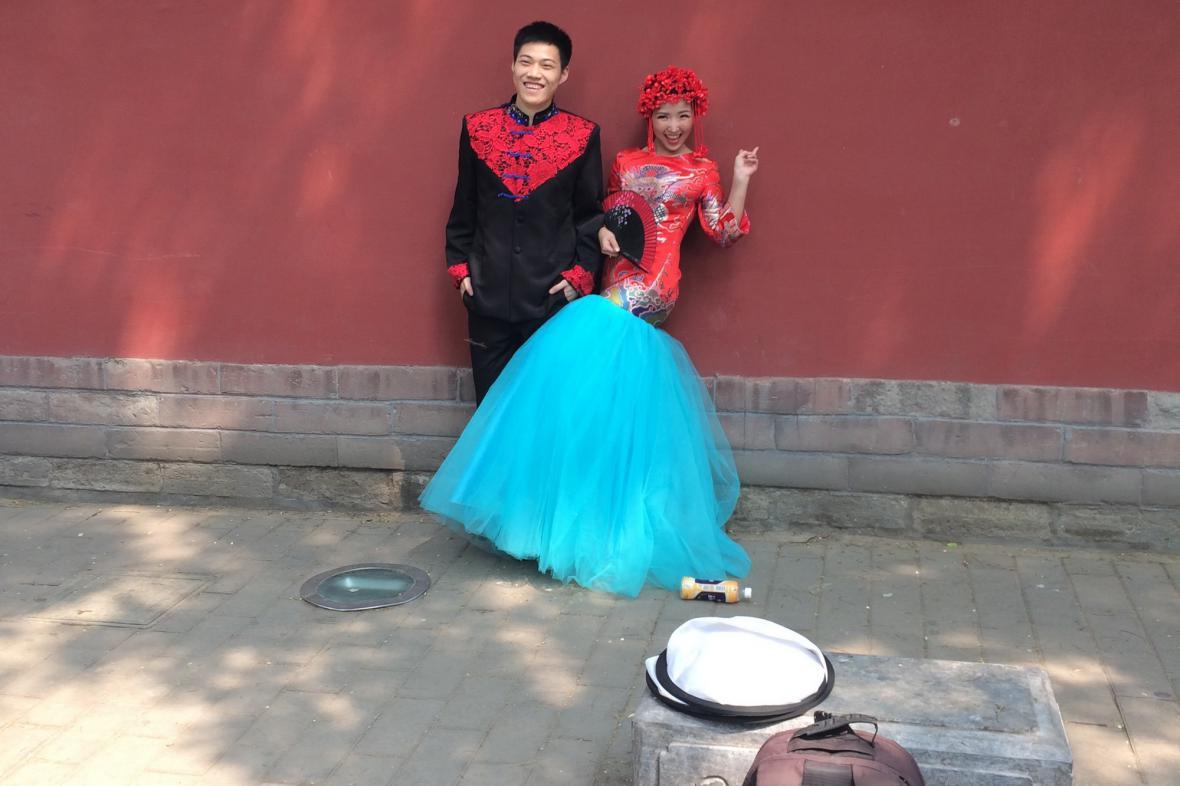 Čínští novomanželé často sázejí v oblečení na tradici