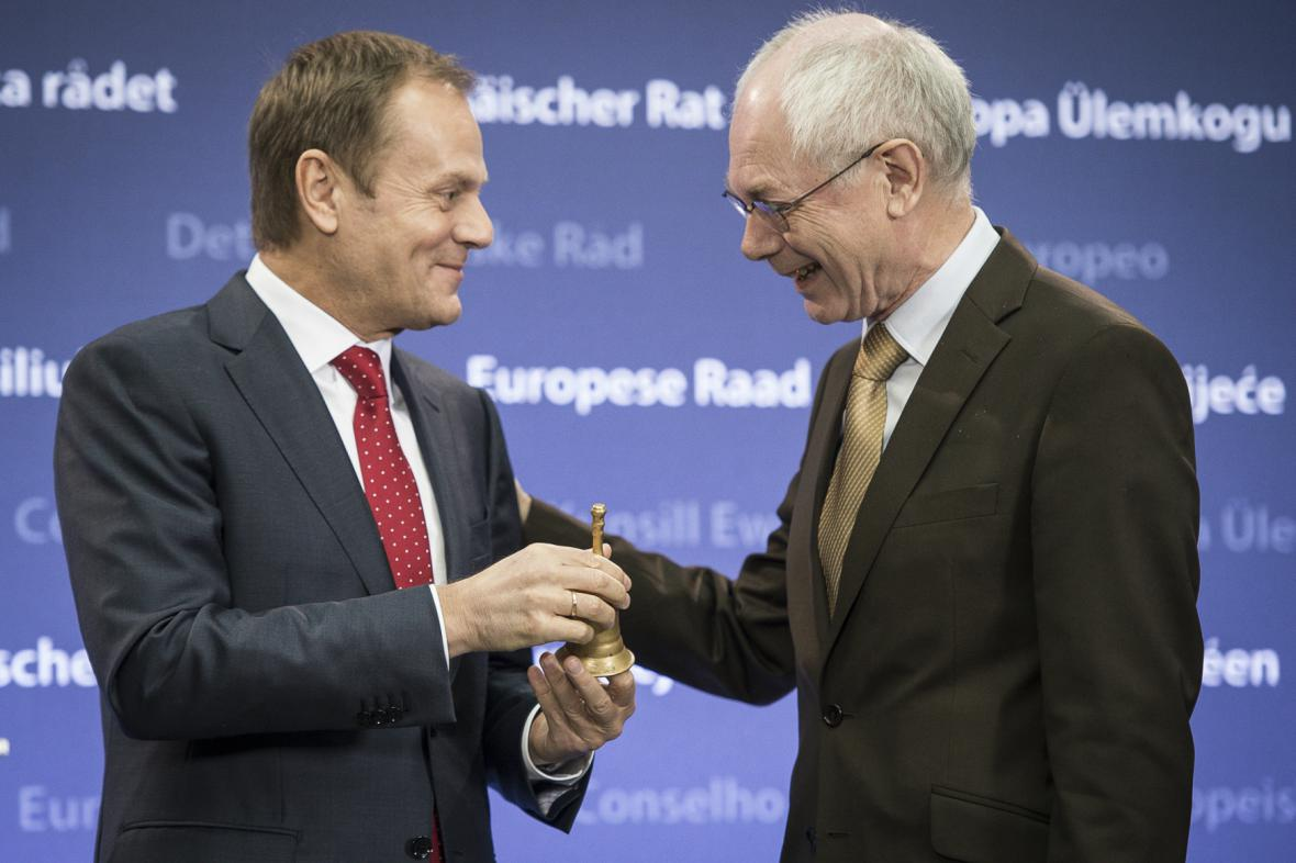 Tusk převzal od Rompuye kromě funkce i tradiční zvoneček