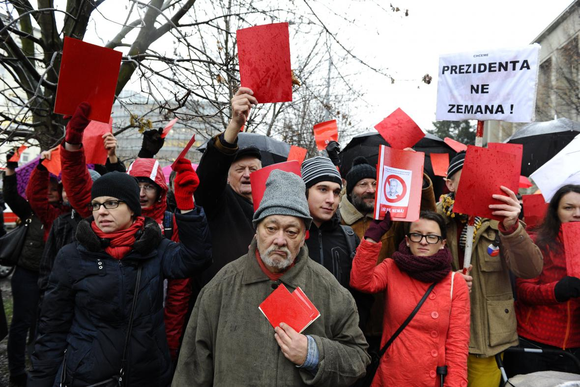 Červené karty vystavili prezidentu Miloši Zemanovi i Brňané