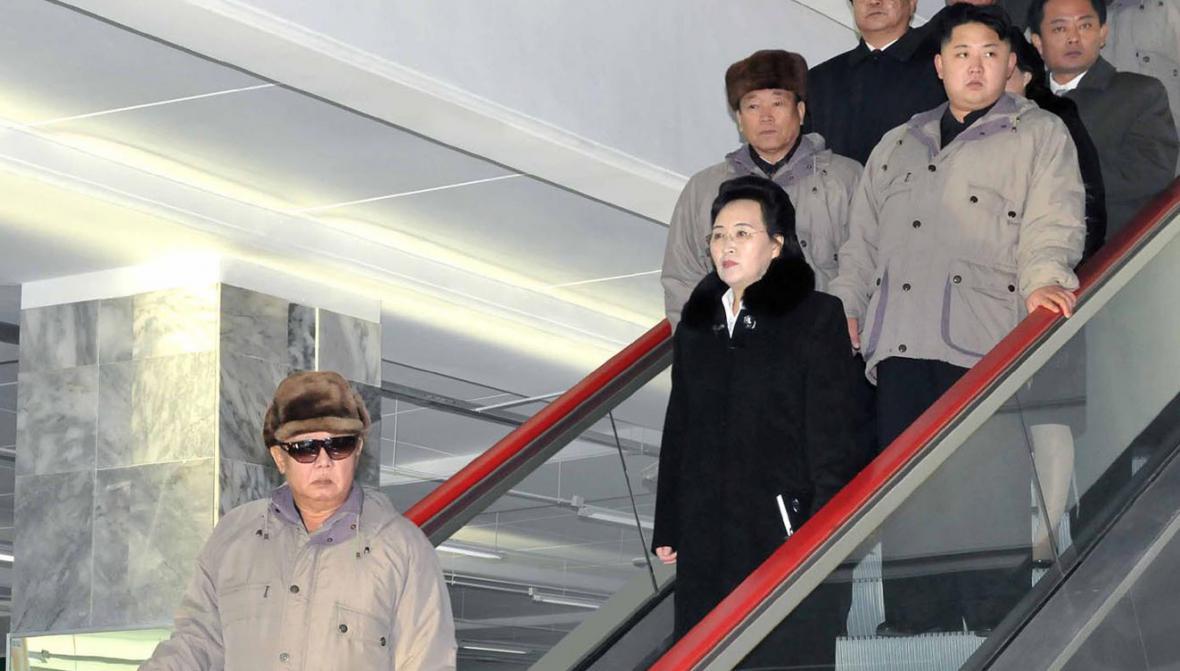 Kim Kjong-hi na archivním záběru ještě s Kim Čong-ilem i Čong-unem