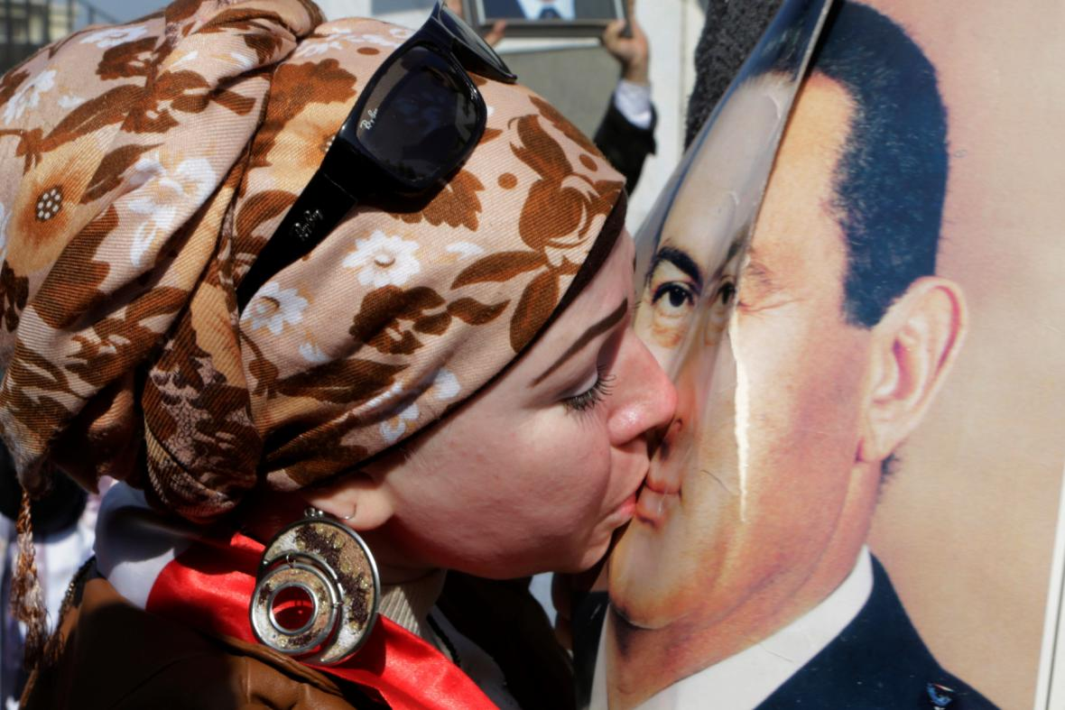 Stoupenkyně egyptského ex-prezidenta líbá jeho podobiznu