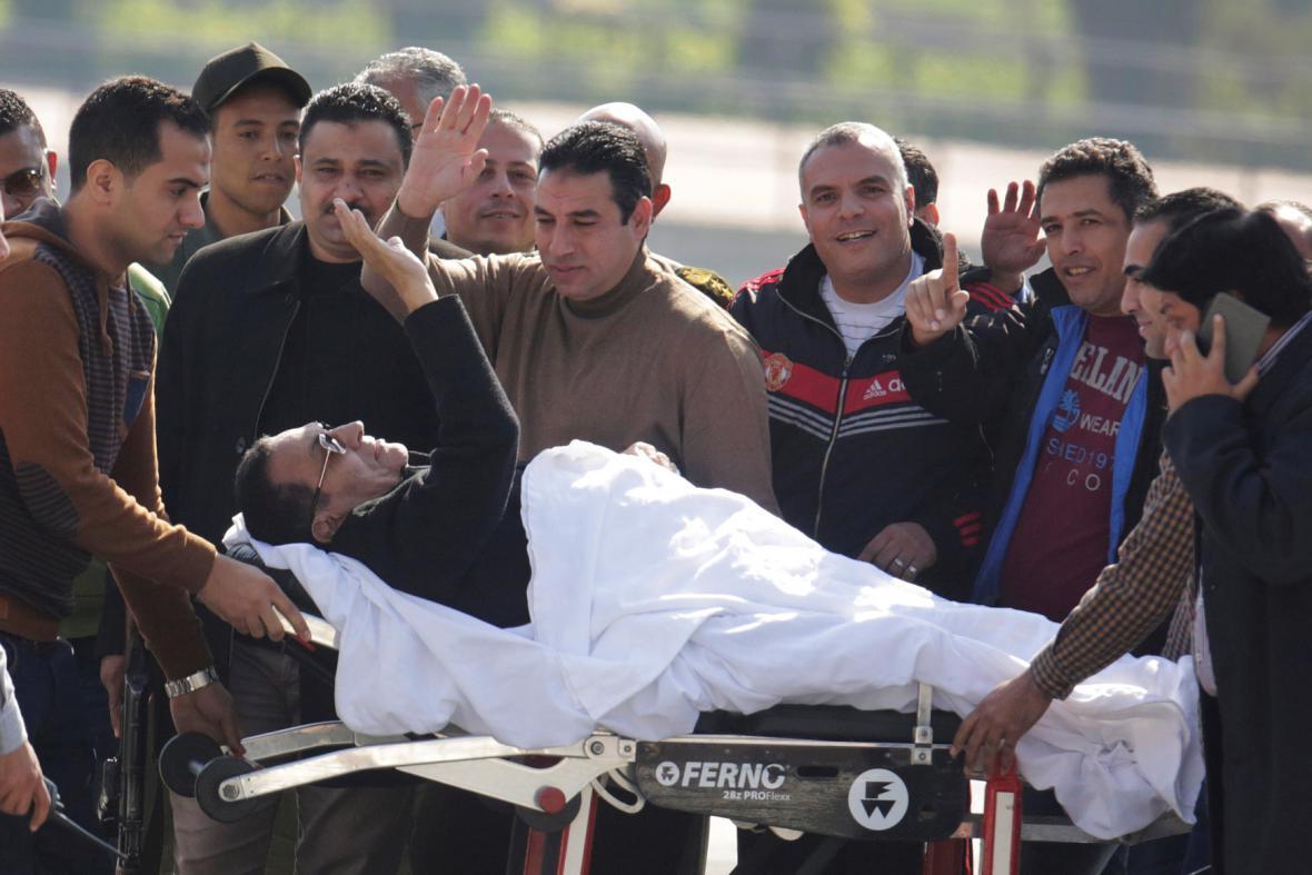 Mubaraka přivážejí k soudu na lůžku
