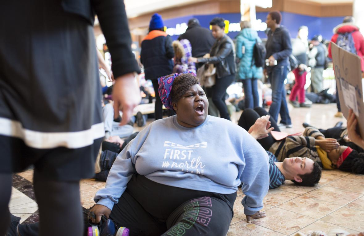 Protest v nákupním centru v Missouri