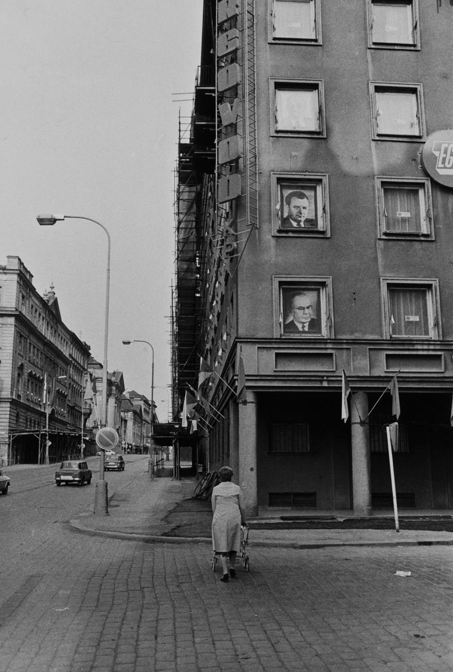 Nároží Resslovy ulice s portréty Gottwalda a Husáka (před rokem 1989)