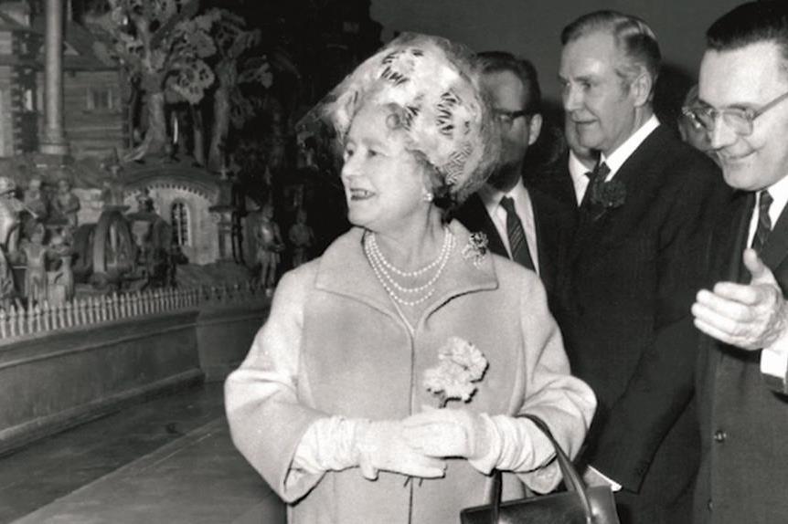 Královna Alžběta II. u Proboštova betlému (1970)