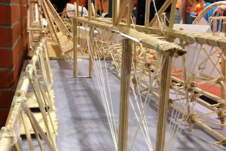 Klání o nejlepšího stavitele mostu ze špejlí se účastnilo 200 studentů