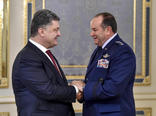 Petro Porošenko a Philip M. Breedlove