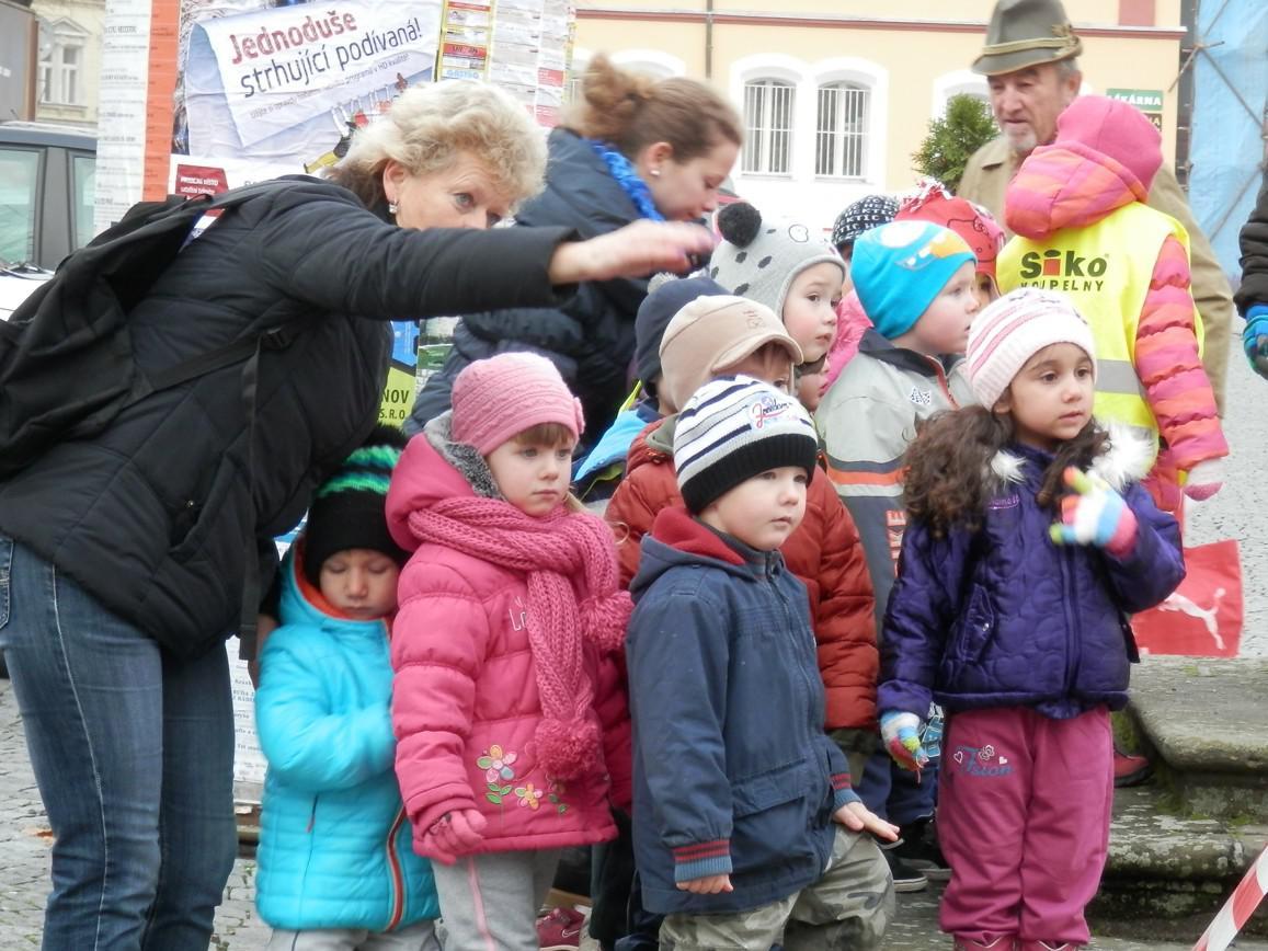 Usazování stromu sledovaly i děti