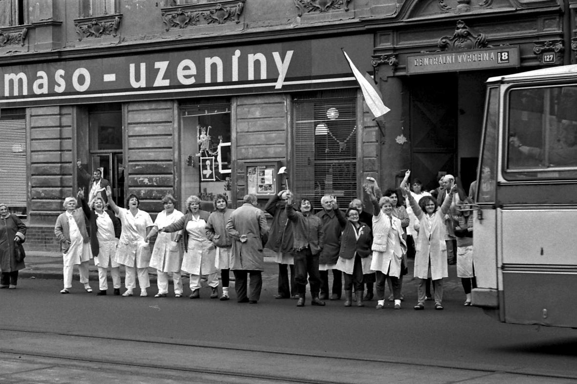 Zaměstnanci masny demonstrují před prodejnou, listopad 1989