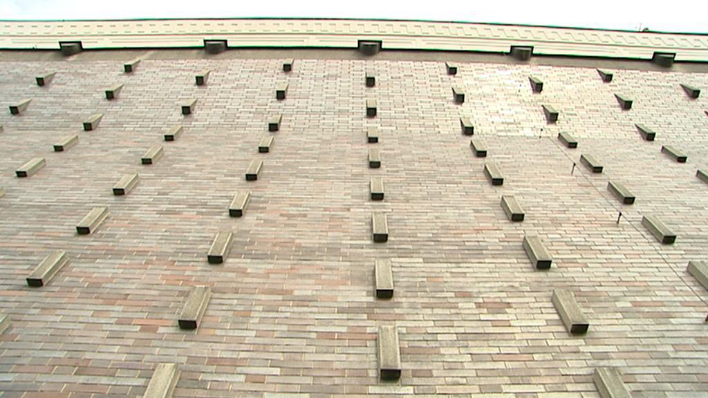 Boční stěna kostela Nejsvětějšího srdce Páně