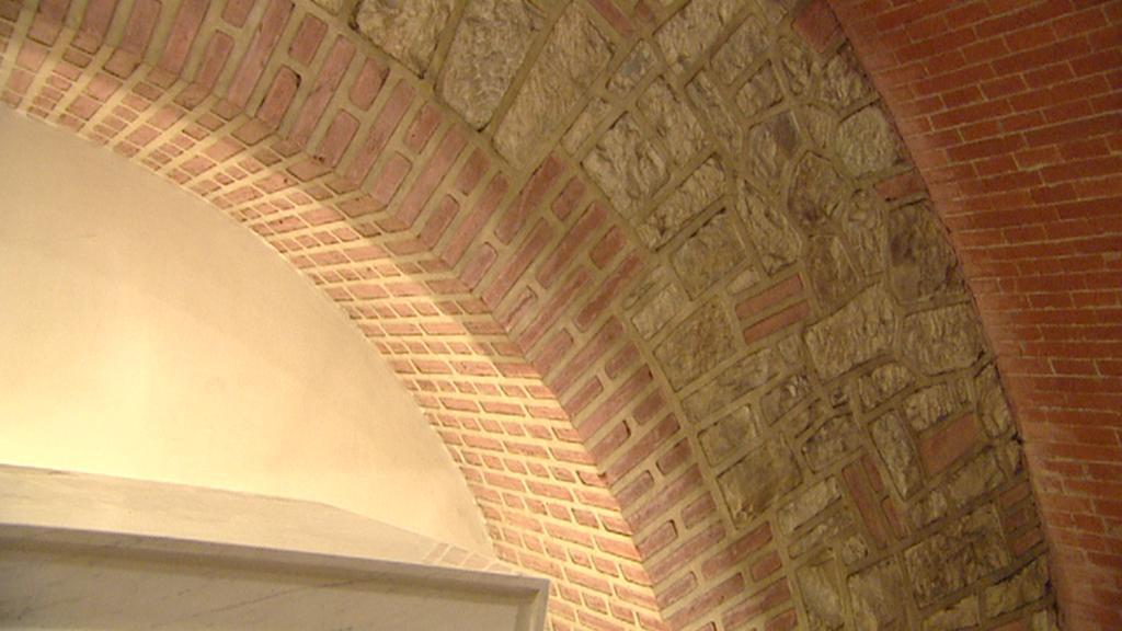 Oltářní stěna krypty kostela