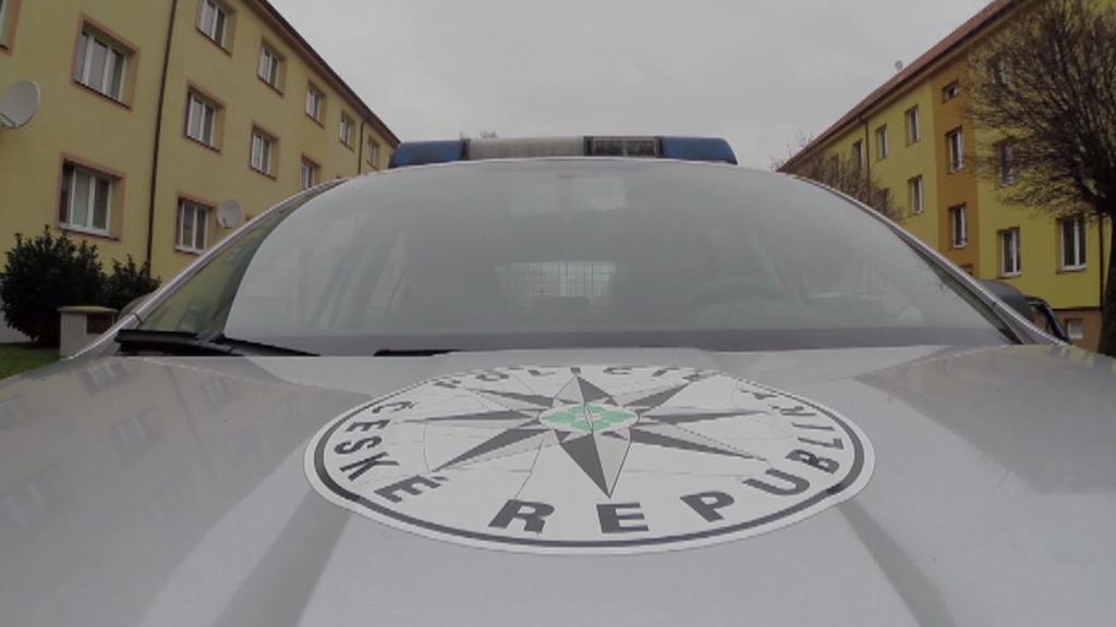 Policejní auto při zásahu v Pardubicích