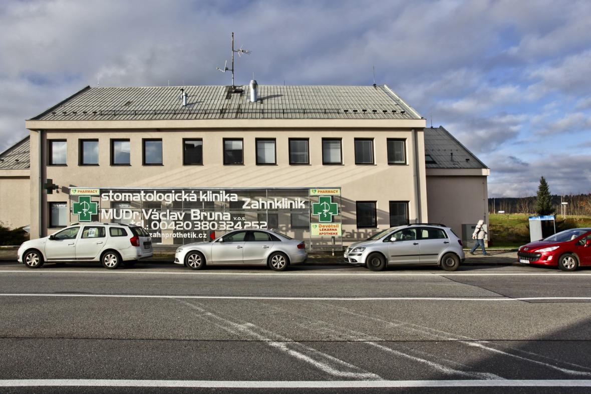 Budova bývalé pasové kontroly, dnes zubní klinika, na hraničním přechodě v Dolním Dvořišti