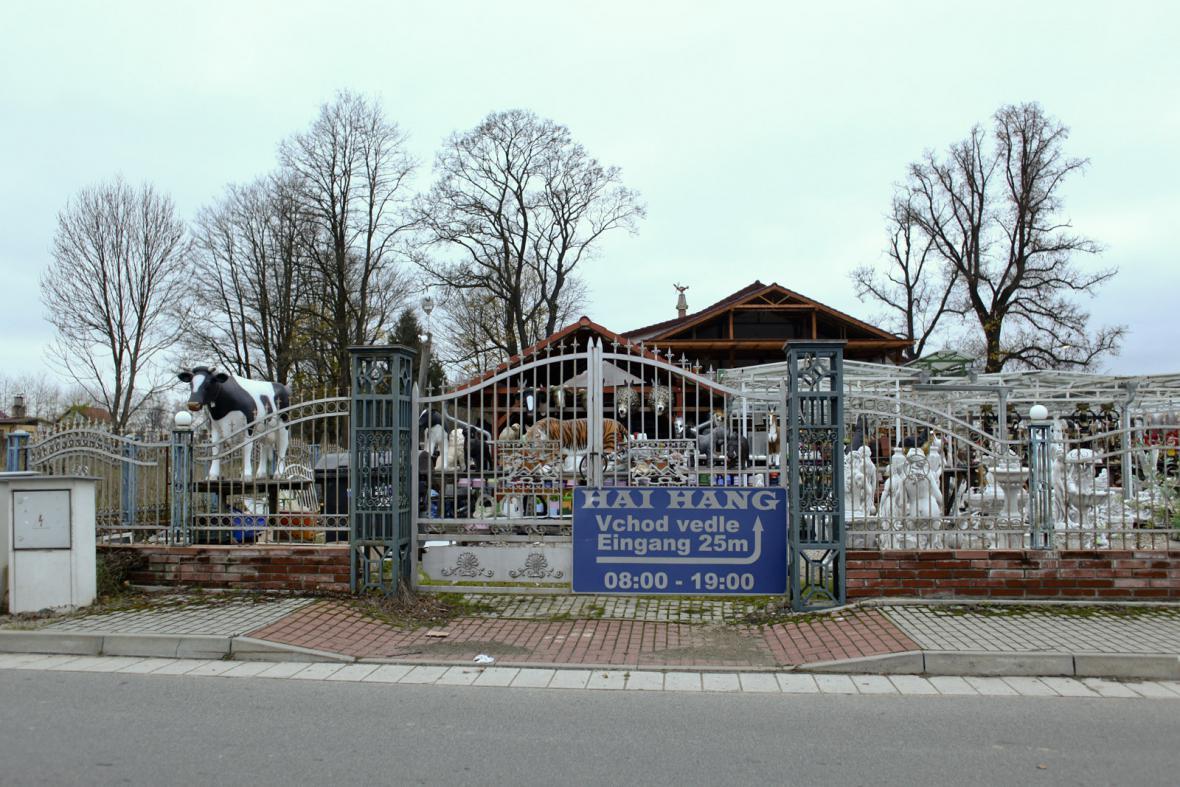Vietnamský obchod se sádrovými sochami u přechodu v Českých Velenicích