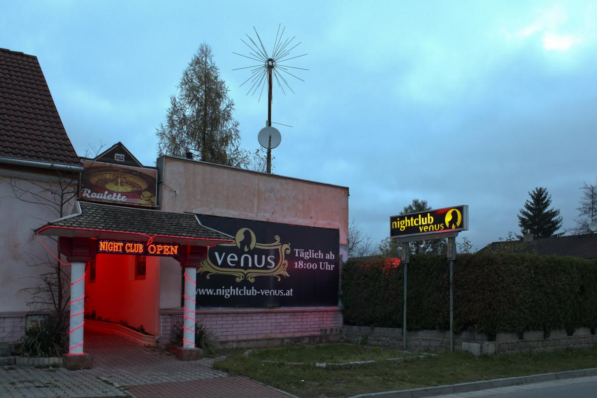 Noční klub u přechodu v Českých Velenicích