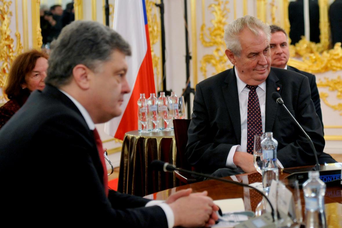 Zeman věří, že Porošenko vstoupí do dějin jako prezident míru