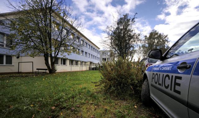 Policie u obchodní školy ve Žďáru nad Sázavou