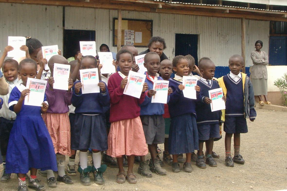 Většina z peněz pro adoptované dítě jde na školné a pomůcky