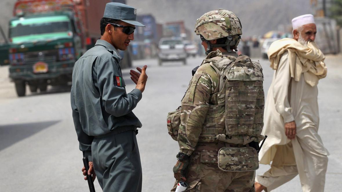 Afghánský policista a voják NATO