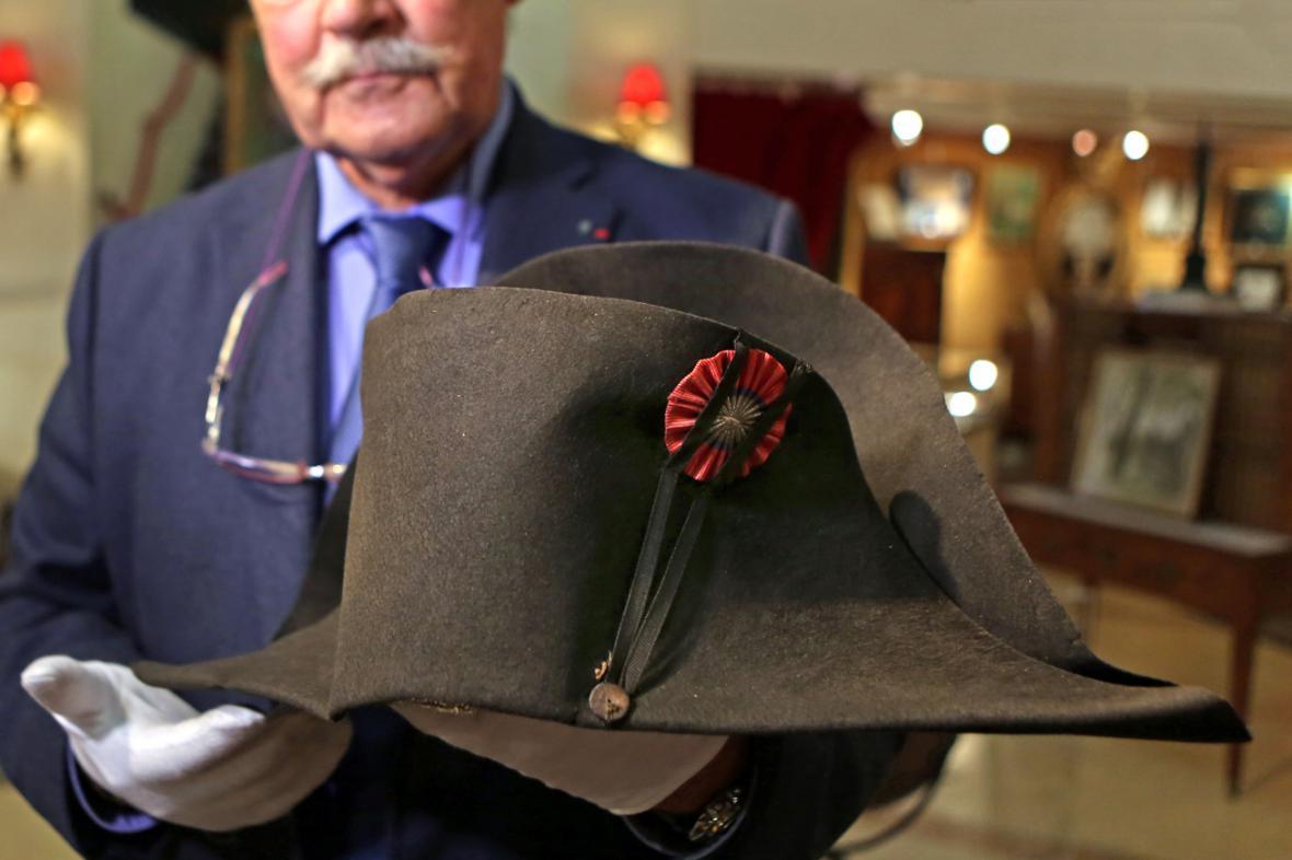 Slavný Napoleonův klobouk se vydražil za 1,9 milionu eur