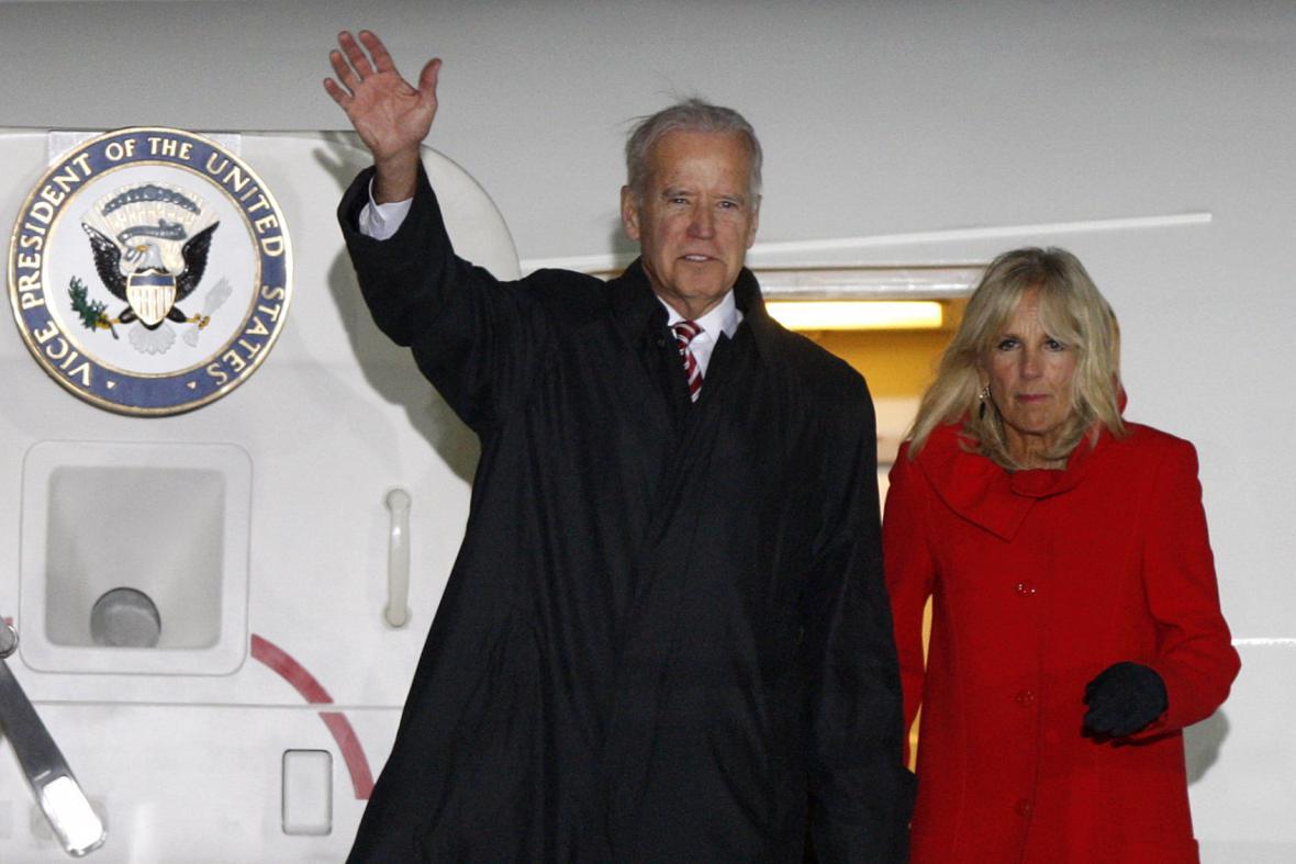 Joe Biden s manželkou po příletu do Kyjeva