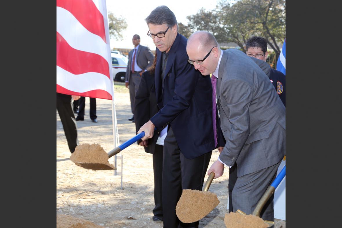 Bohuslav Sobotka a Rick Perry při zahájení stavby tělocvičny ve Westu
