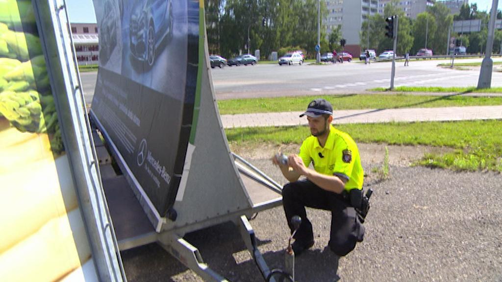 Strážník fotografuje reklamu - červenec 2014