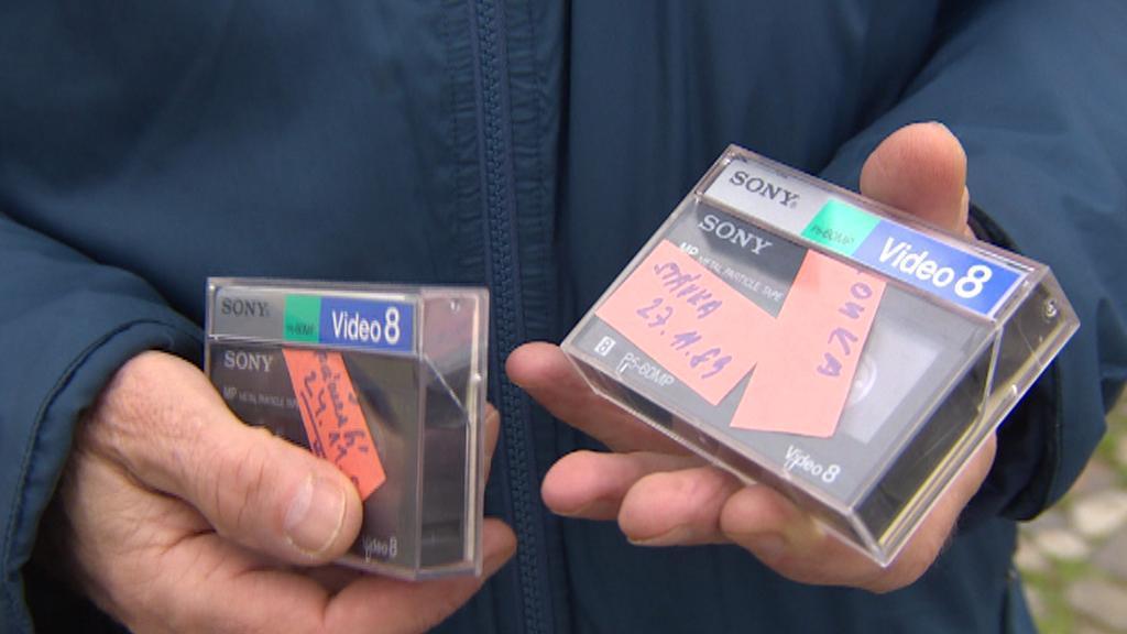 Původní kazety se záznamem listopadových manifestací