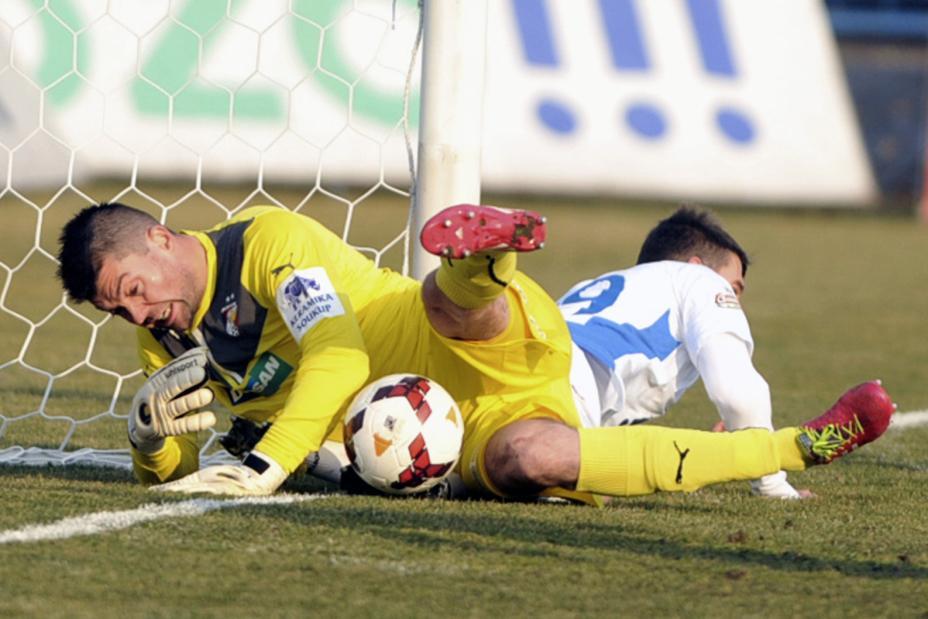 Matúš Kozáčik chytá míč při sporné situaci v utkání s Ostravou