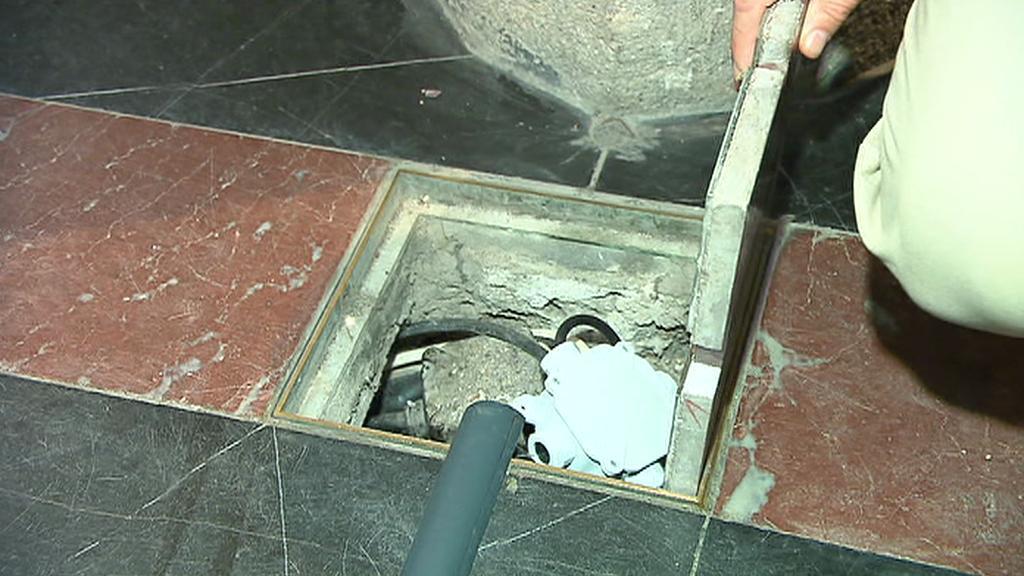 Kabel ústící do podlahy