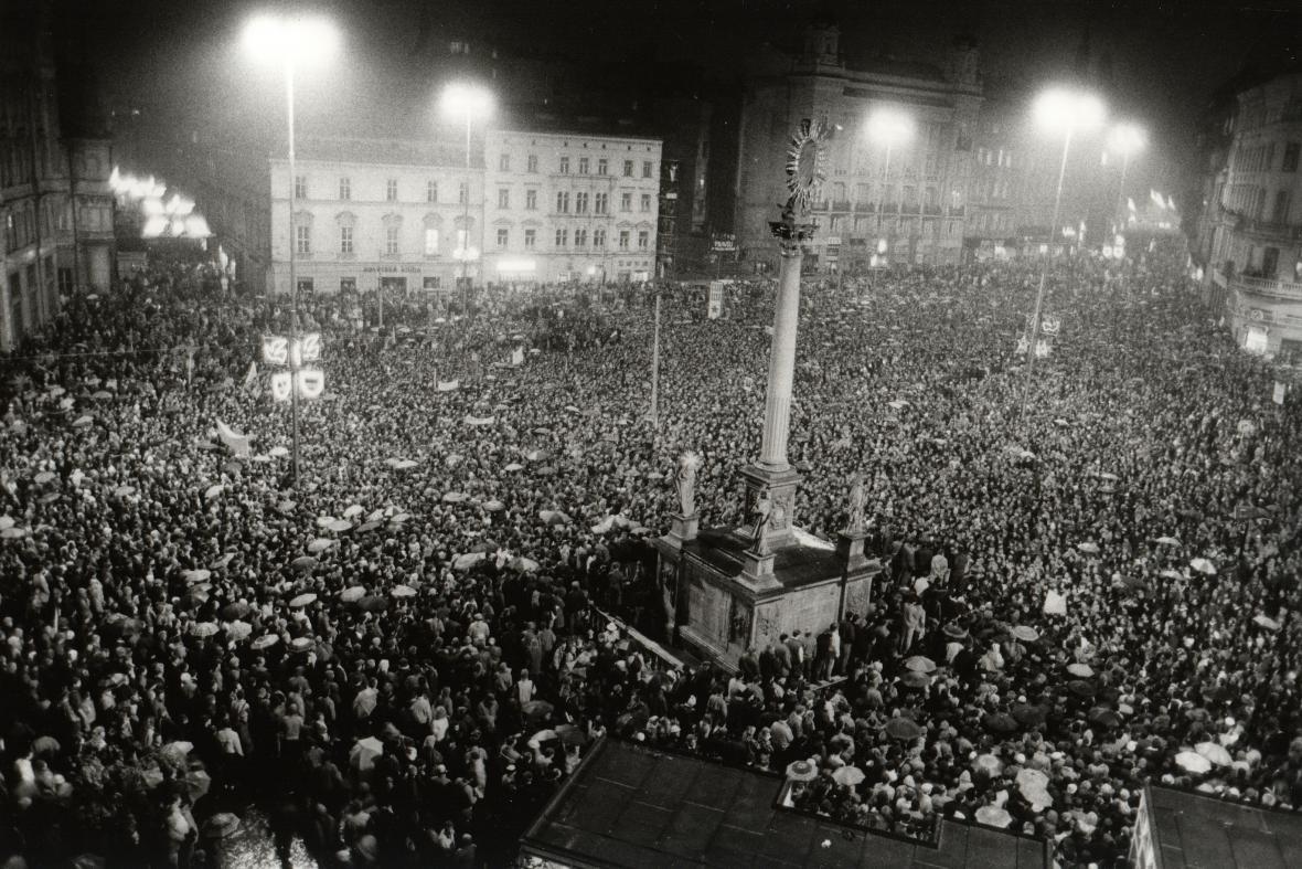 Náměstí Svobody v listopadu 1989 zaplnily tisíce lidí