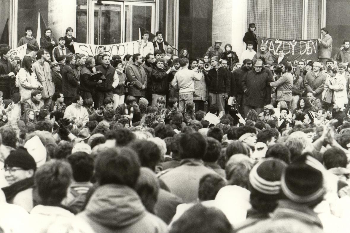 Demonstrace studentů před Janáčkovým divadlem (listopad 1989)