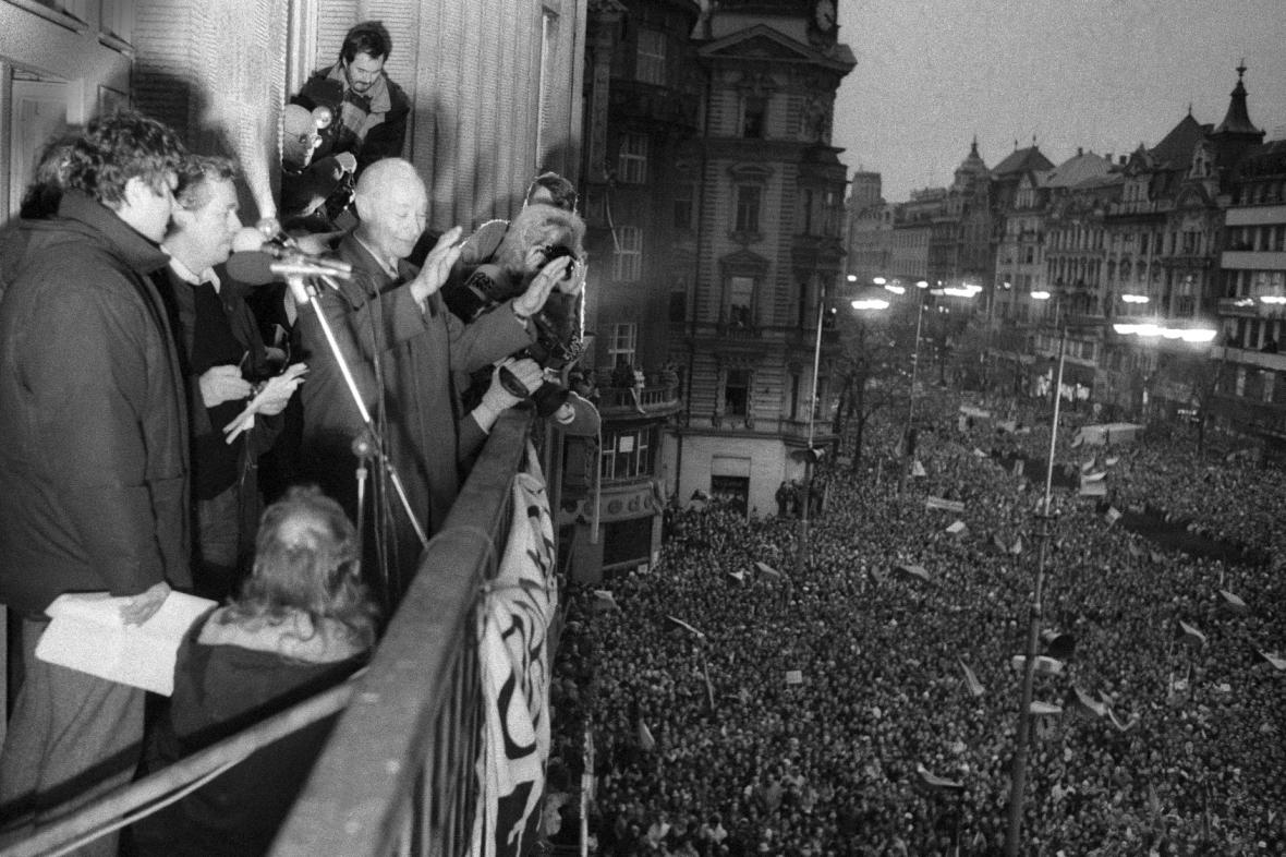 Alexandr Dubček zdraví dav demonstrantů z balkonu Melantrichu