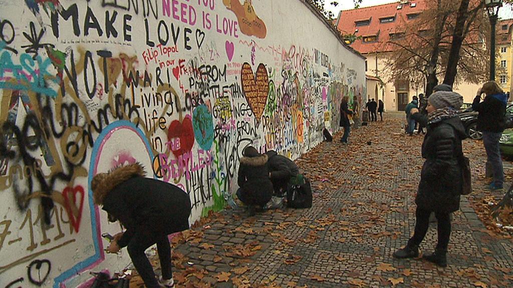 Lennonova zeď láká nové pisatele