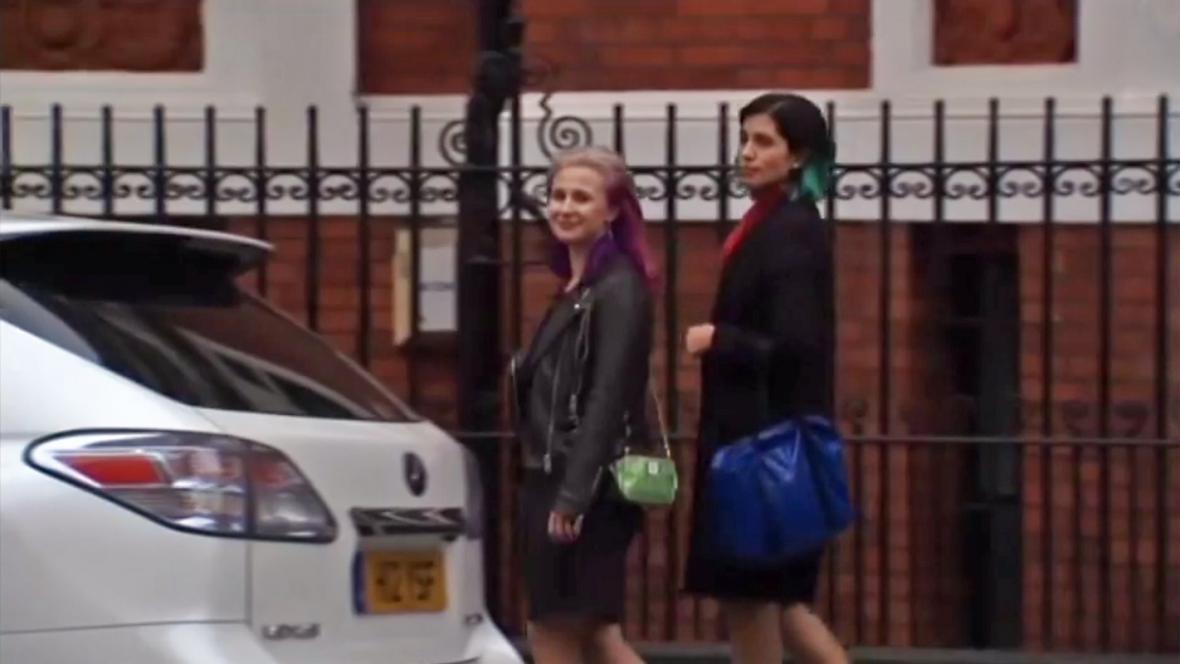 Marija Aljochinová a Naděžda Tolokonnikovová po setkání s Julianem Assangem