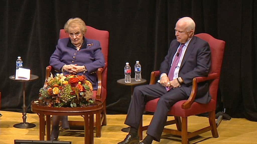 John McCain a Madeleine Albrightová při debatě o odkazu Václava Havla