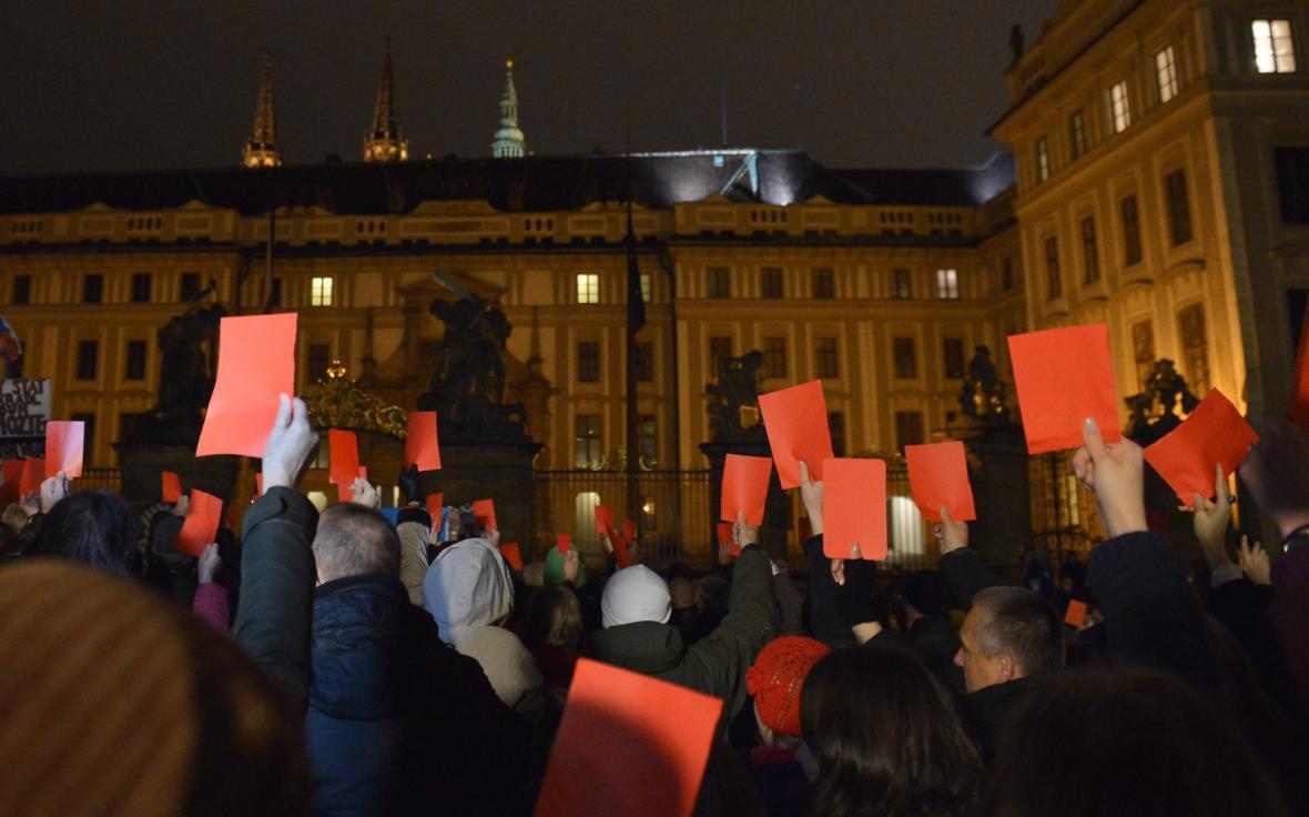 Protestující před Pražským hradem