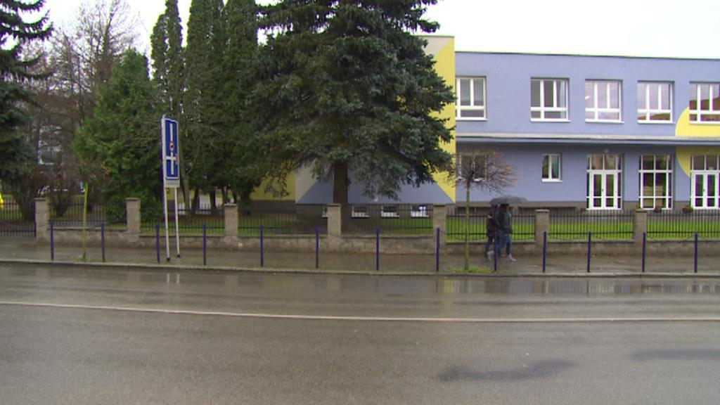 Škola a silnice, přes kterou děti z ubytovny musí přecházet