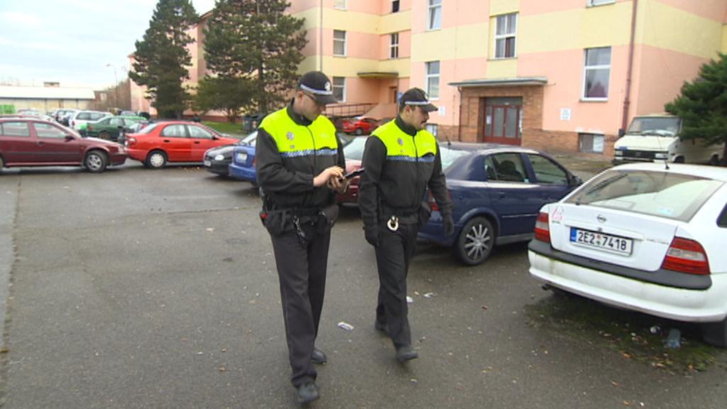 Strážníci při kontrole u ubytovny Na Hůrkách