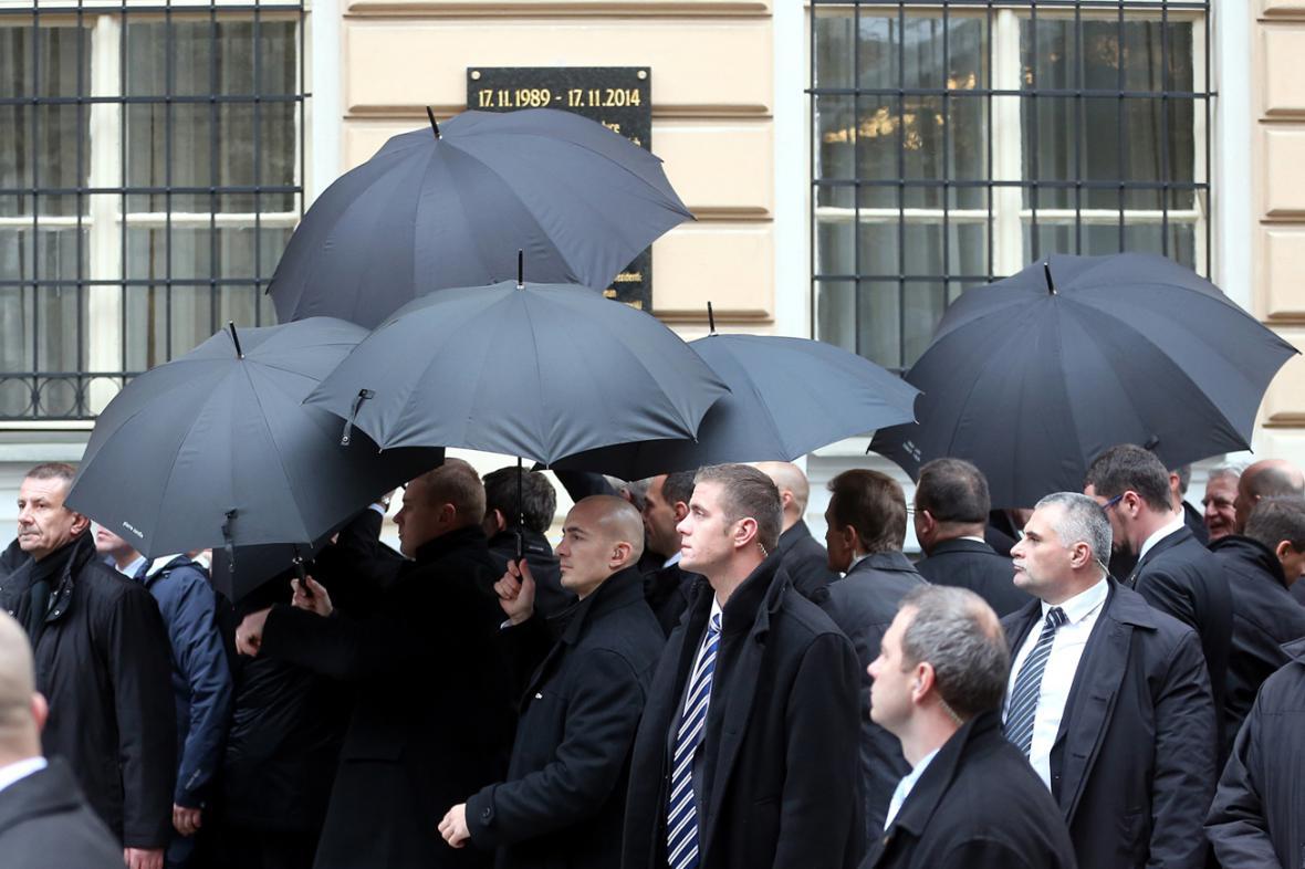 Ani deštníky neochránily Gaucka před létajícími vejci