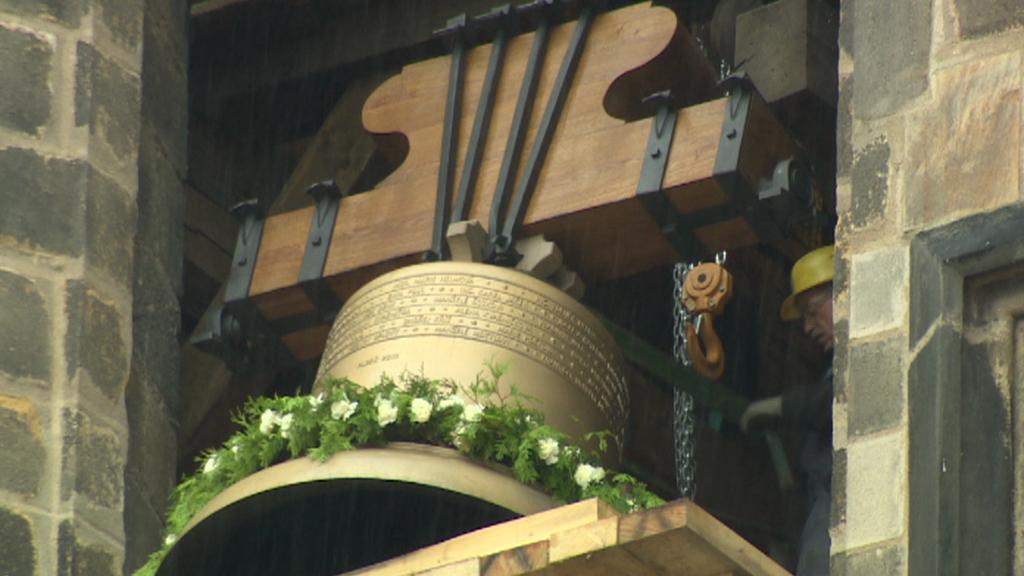 Zvon zvednutý do věže kostela sv. Bartoloměje