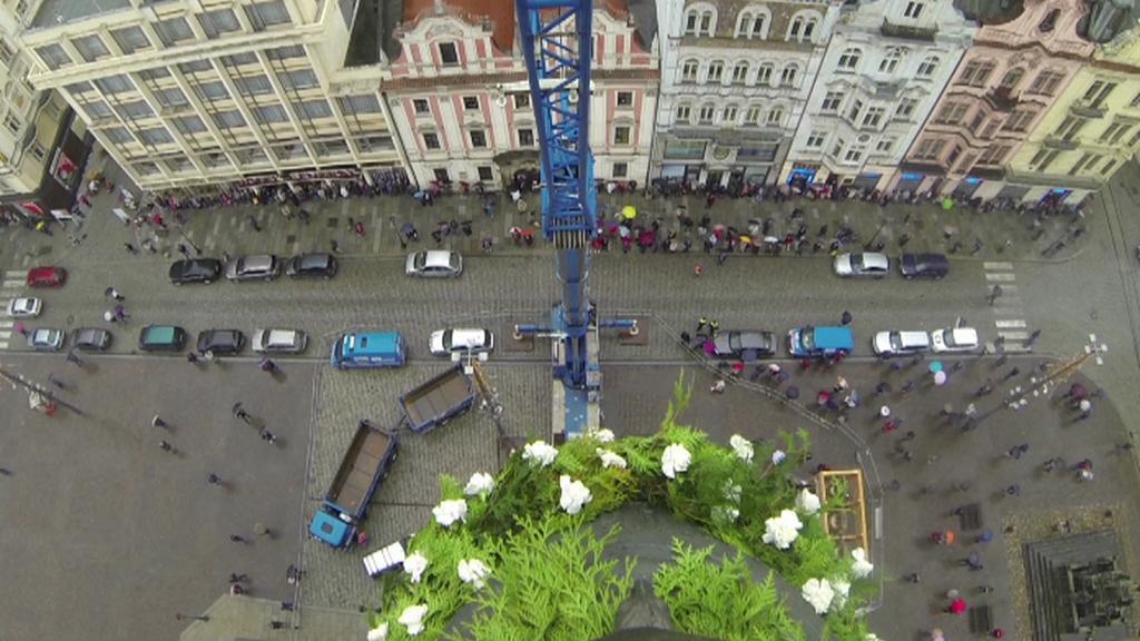 Pohled z jeřábu na zvon a náměstí Republiky v Plzni