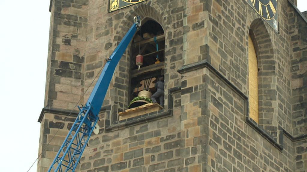 Jeřáb zvedá zvon na věž kostela sv. Bartoloměje