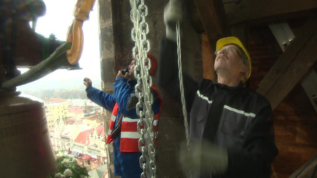 Zvon se přesouvá z jeřábu do věže kostela sv. Bartoloměje
